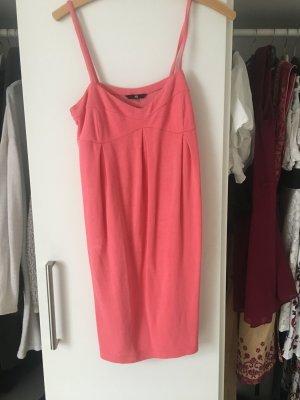 Rosa Kleid Oversizelook und tiefer Ausschnitt