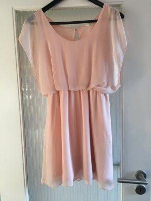 Rosa Kleidchen tailliert