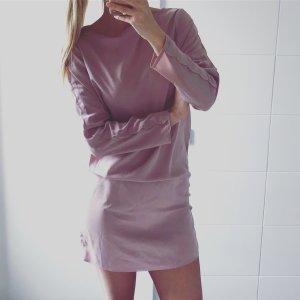 rosa Langarmkleid mit Wellenkanten an den Ärmeln