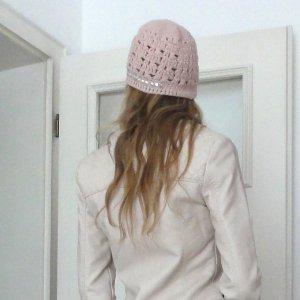 Rosa Mütze mit silberner Stickerei