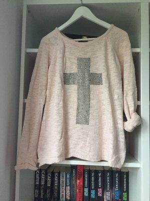 Rosa Pulli mit silbernem Kreuz