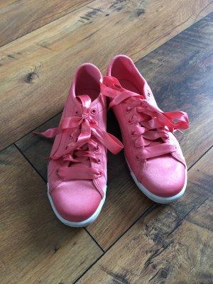 Rosa Puma Sneaker mit Schleife