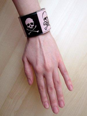 Rosa-schwarzes Totenkopf-Armband in Lederoptik