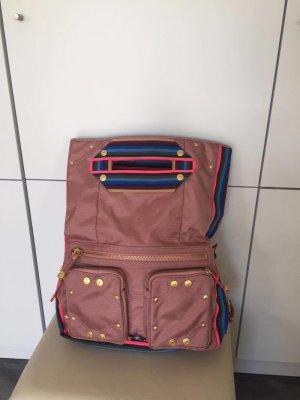 Rosa Sommertasche mit mehrfarbigen Streifen