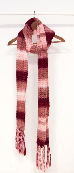 Rosafarbener langer Strickschal