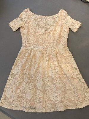 Rosafarbenes Kleid mit rundem Rückenausschnitt