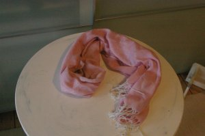 rosafarbenes Tuch / Schal