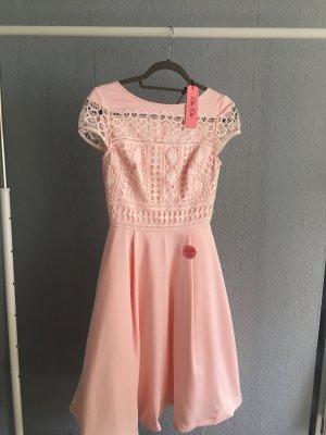 Rosanes Kleid mit weißer Spitze von Chichi London 34