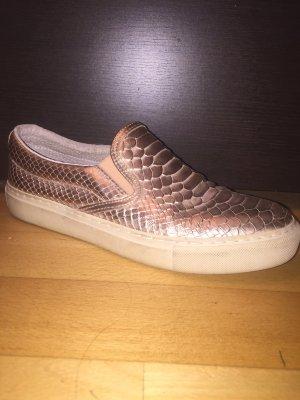 Rose goldene Schuhe mit Schlangenoptik