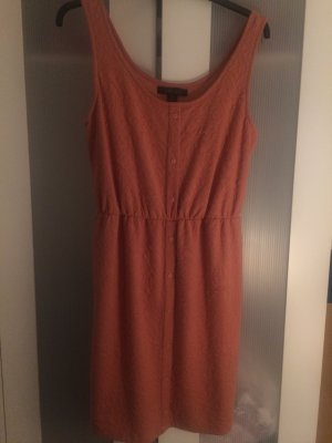 Roséfarbendes knielanges Kleid mit schlichtem Muster