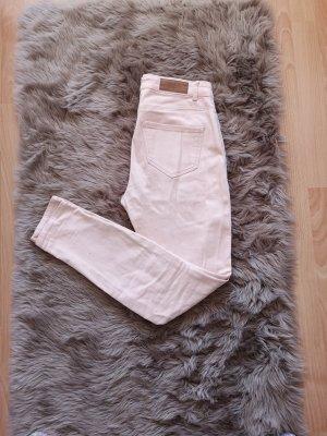 Roséfarbene Jeans mit Löchern