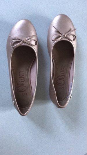 Roségoldene Schuhe mit Etikett