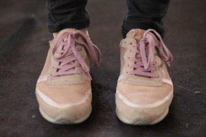 Rosegoldene Sneaker von der Marke Mjus