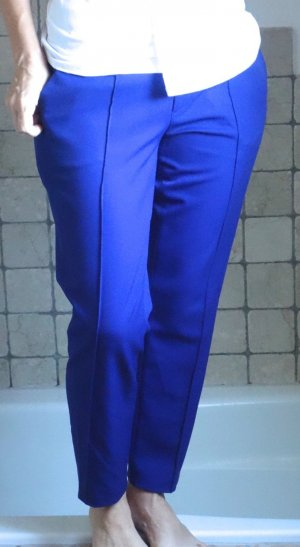 Rosner, Modell Mira_13, wunderschöne schmale knöchellange Hose, hüftig zu tragen, abgesteppte Bügelfalte, royalblau, blau, kräftige Farbe, klassischer Schnitt mit Bund, Taschen, hinten eine pasepolierte Tasche, 64% Polyester, 31% Viskose, 5% Elasthane, ho