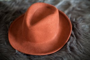 Rostbrauner Hut aus Wolle