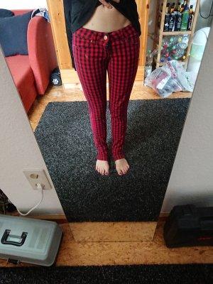 rot-schwarz karrierte Hose