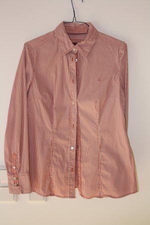 Rot-weiß gestreifete Bluse mit perlmuttfarbenem Knopf
