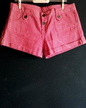 Rot-weiß gestreifte Shorts