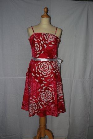 Rot-weißes Sommerkleid mit Blumenmuster