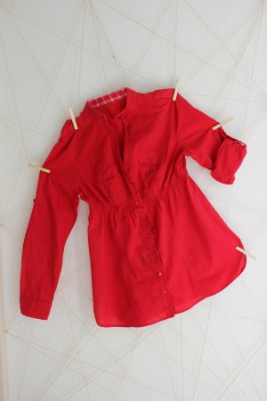 rote Babydoll-Bluse mit Krempel-Ärmeln
