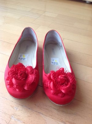 Rote Ballerina mit Rose
