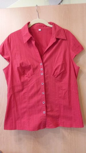 Rote Bluse mit Abnähern und Knopfleiste