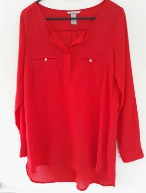 rote Bluse mit Brusttaschen