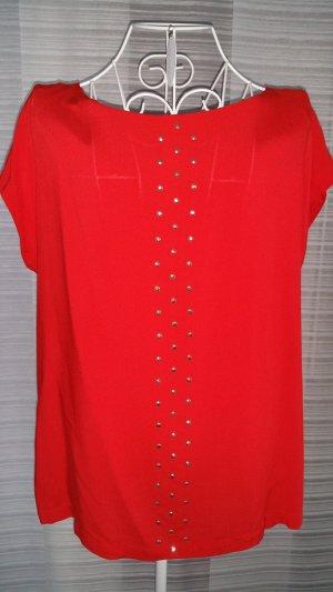 Rote Bluse mit goldenen Nieten