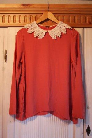 Rote Bluse mit langen Ärmeln und Kragen aus Häkel-Spitze
