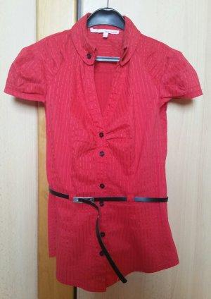 rote Bluse mit Nadelstreifen