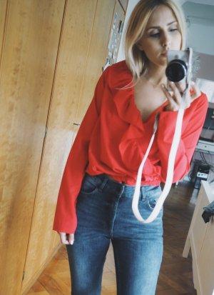 Rote Bluse mit Rüschen