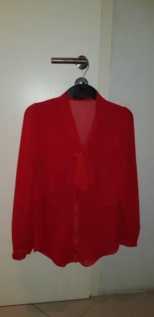 Rote Bluse mit Schleife