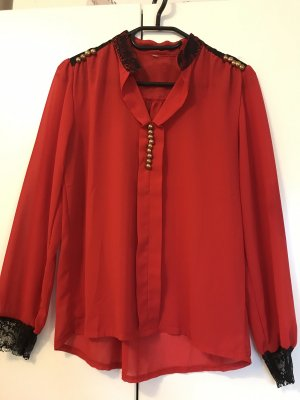 Rote Bluse mit Spitze