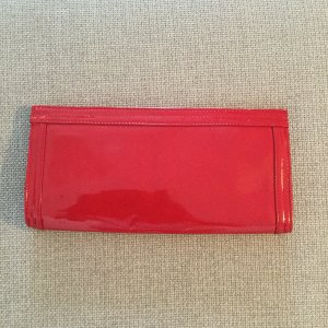 Rote Clutch in Lackoptik