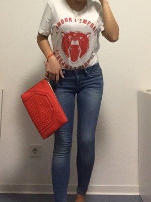 Rote Clutch mit abnehmbaren Umhängehenkeln