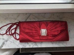 rote Clutch mit Umhängeband
