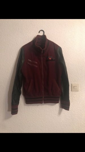 Rote Collegejacke
