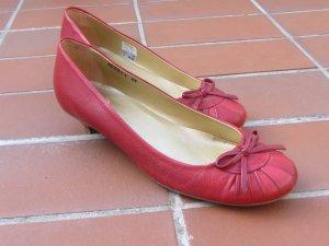 rote Damenschuhe mit Pfennigabsatz