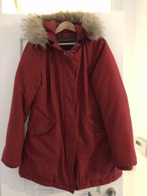 rote Daunenjacke im Woolrich Stil