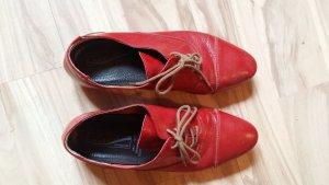 Rote Halbschuhe wollen getragen werden