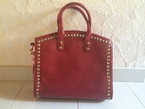 Rote Handtasche mit Nieten