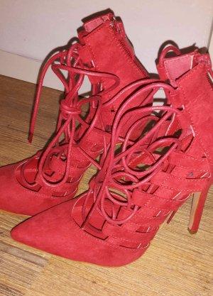 Rote High Heels zum Schnürren