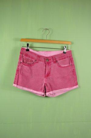 Rote Hose mit Verzierung in der Tasche und Helleren Details
