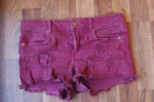 Rote Hotpants im Used-Look
