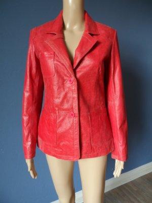 Rote Jacke aus rauem Leder