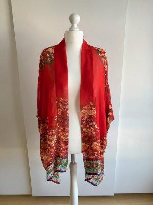 Rote Jacke im Kimonostil