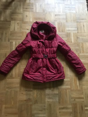 Rote Jacke von only mit stehkragen und Gürtel.