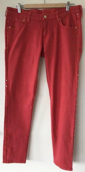 Rote Jeans mit goldenen Nieten