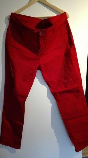 Rote Jeanshose