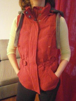 rote Kapuzenweste, sehr warm und bequem